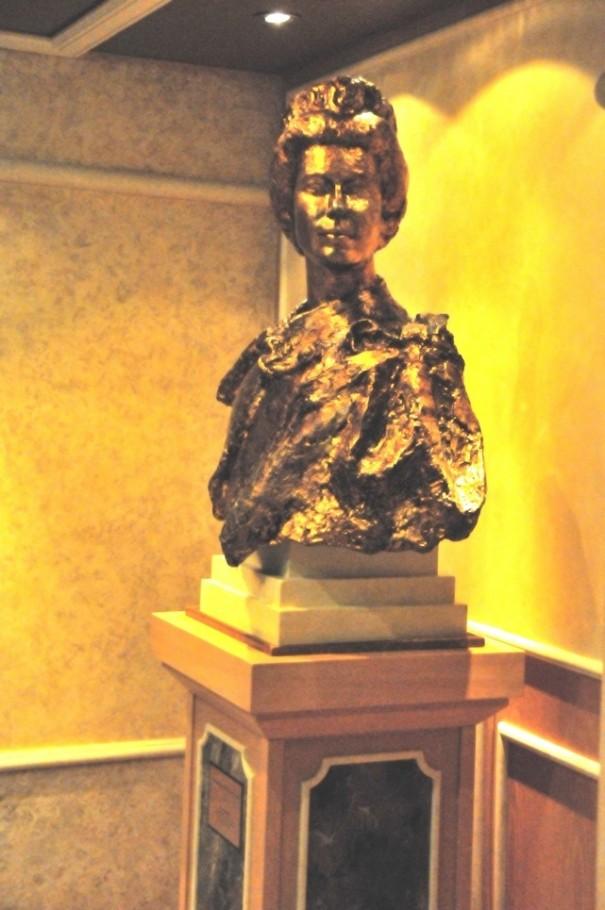 3エリザベス女王胸像