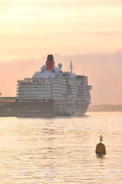 1サウサンプトン港朝もやの中のクイーンエリザベス