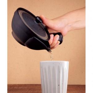 浅めの形状と緩やかなカーブによって、約45度まで傾ければ、お茶を出し切ることができる。取っ手の根元に、指が納まるくぼみがあるので片手で楽に持てる。