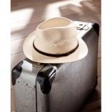 帽子中央部の周囲に開けられた、小さな穴がアクセント。丁寧に編まれた本パナマは張りがあり、丈夫で型くずれしにくい。