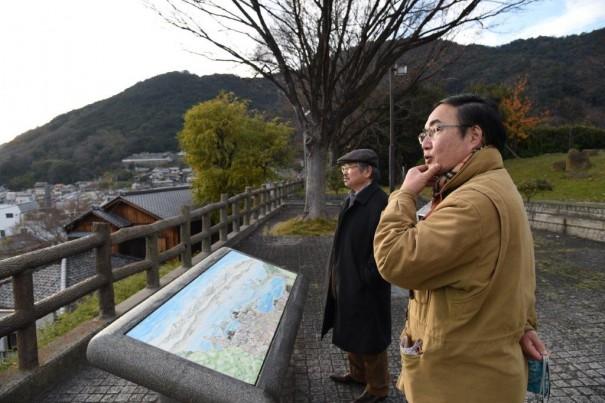 ↑写真左/鞆城跡から海上を望む筆者(手前右)たち(左は歴史作家の安部龍太郎さん)。