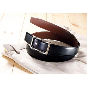 植物性タンニンなめしが施された、イタリア製の上質な革を使用。バックルの取り付けネジをドライバーで外して付け替え、黒と茶の2色をファッションに合わせて使える。