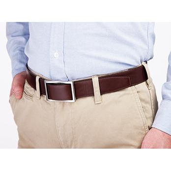 金具の下を滑らせるようにベルトを通す。最初は硬いが、使ううちにスムーズになる。