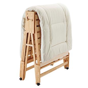 折りたたむ途中で固定できるので、室内用の布団干し台としても活躍。湿気がこもりやすいベッドも、清潔に使うことができる。