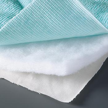 ポリエステルの34倍の吸水力を持つ医療用脱脂綿と放湿、速乾性に優れた側生地の使用で、心地よい肌触りを実現。洗濯機使用可。