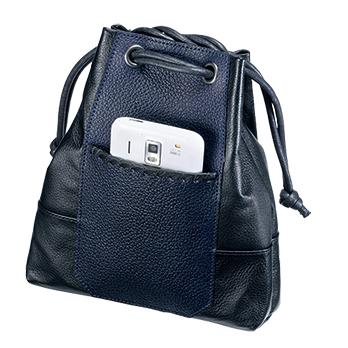外ポケットにはスマートフォンや携帯電話が入る。薄着になるこれからの季節は、小物を入れられる巾着袋があれば外出に便利だ。