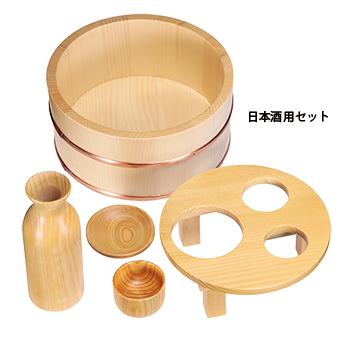 ヒノキの徳利(140ml)や猪口などがセットの日本酒用も用意。スタンド枠に入れれば移動も楽。 ※お風呂での使用は推奨しません。