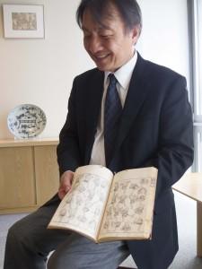 ↑浦上さんが手にしてるのは絵手本として綴られている『北斎漫画』。
