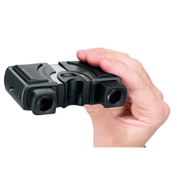 ゴムのグリップに指をかけると、片手で持ってピント合わせができる。使用者の目の幅に合わせて、レンズをスライドして使う。