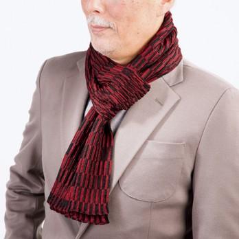 装着は端を穴に通すだけ。ふんわりした織り地の効果で、首に巻いたとたんに暖かさを感じる。軽くて着用しているのを忘れるほど。