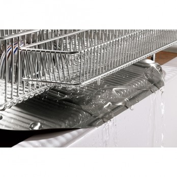 トレーは傾斜しているので、食器から落ちた水は自然に流し台に流れる。錆びにくく強度に優れた「18-8ステンレス」を採用。
