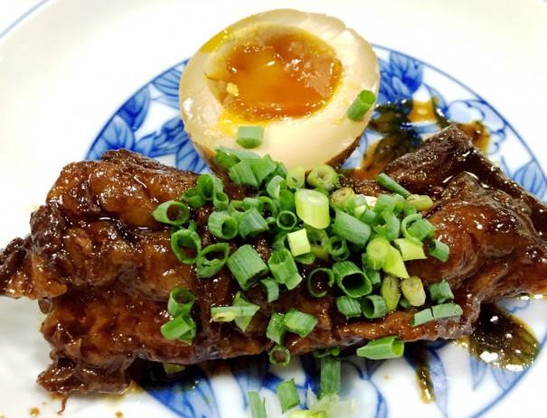 味噌味でトロトロになるまで煮こんだ「黒豚なんこつ味噌煮」も名物。