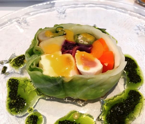 「日南鶏ささみと活きホタテのロール」はみずみずしい野菜使いもポイント。