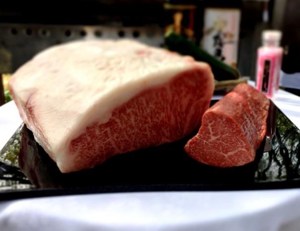 みごとに脂のサシが入った宮崎牛のロースとヒレ。