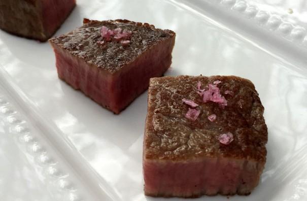 一口サイズのフィレ肉の鉄板焼きは梅しそ風味の塩をパラリとかけて。