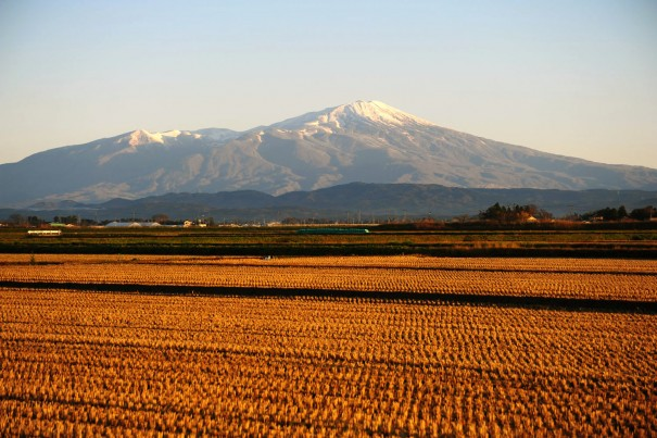 冠雪の美しい鳥海山、標高2236mの独立峰。