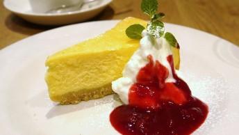 日本の喫茶店では定番のベークドチーズケーキ。生クリームや果物のソースが添えられることも多いです。