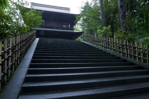 鎌倉の円覚寺山門。漱石は同寺塔頭の帰源院で坐禅を組んだ。それより1年ほど前には、島崎藤村も同じ帰源院に参禅している。