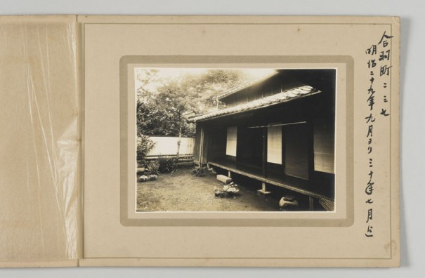 漱石夫妻が明治29年9月から1年間ほど住んだ熊本合羽町の借家。赴任当初、友人・菅虎雄の家に同居させてもらったこと除くと、漱石にとって熊本で2番目の住まいだった。神奈川近代文学館蔵