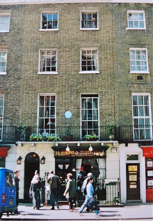 漱石も歩いたロンドンのベーカー・ストリート。コナン・ドイルが生んだ架空の名探偵シャーロック・ホームズはこの通り沿いに住んでいたとされ、現在は博物館も設けられている。漱石のノートにはドイルの作品に関するメモも残る。