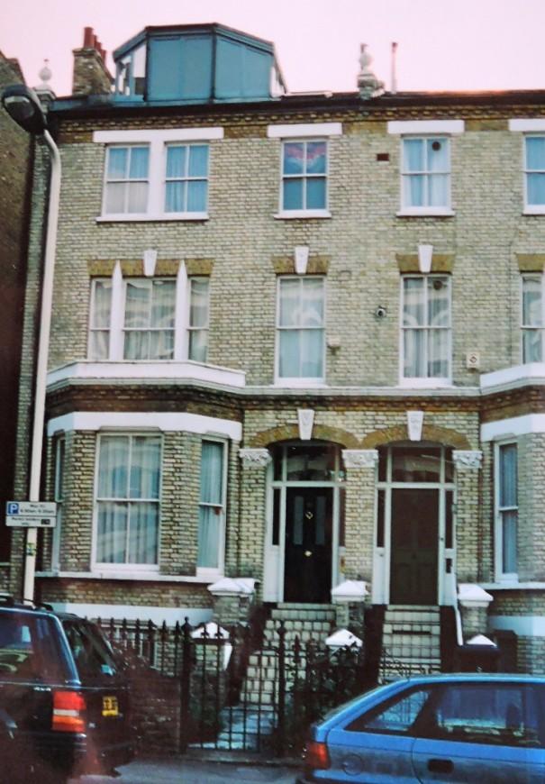 ロンドン留学中の漱石の、第5の下宿となったザ・チェイス81番地の建物が現存する。漱石が住んでいたのは左端3階の一室だった。