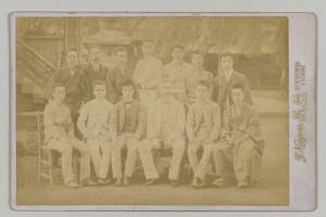 英文科学会記念撮影。明治27年6月、上野不忍池畔にて。後列左から二人目が漱石。この時期の漱石は、大学から大学院へと進む一方で高等師範学校の教壇に立つなど、過渡期にあった。神奈川近代文学館蔵