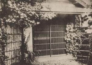 東京・早稲田南町にあった漱石山房の玄関。漱石に会うため、多くの門弟や客人がこの家にやってきた。神奈川近代文学館蔵