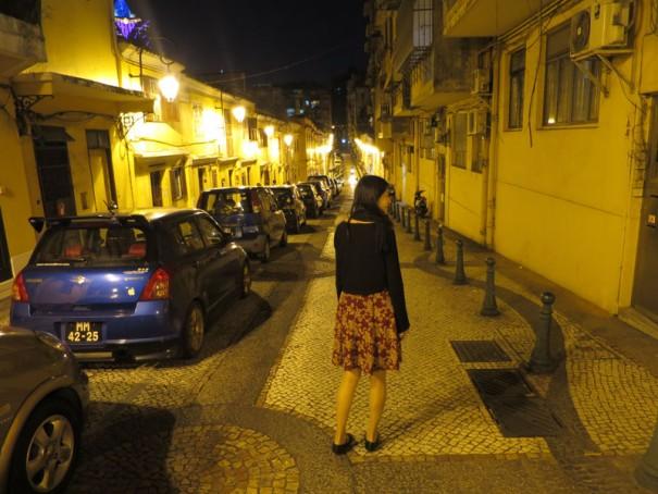 外灯に照らされたレトロな通り。