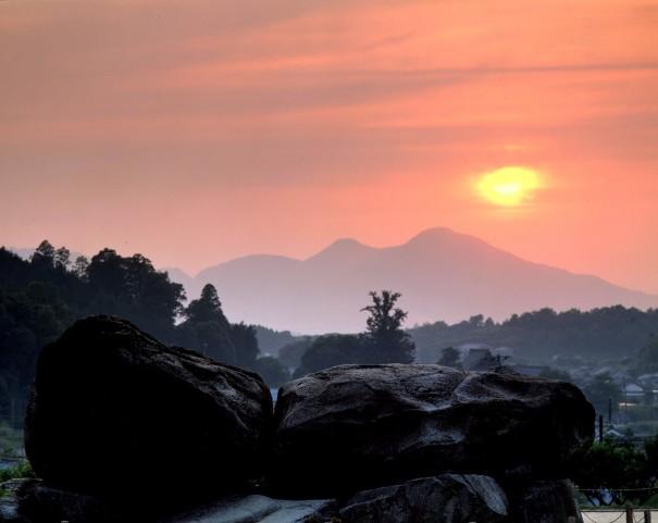 「石舞台より二上山」(1982年 *)。入江は様々な地点から二上山を撮り続けた。