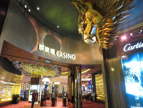 カジノの入り口でお客さんを出迎える黄金の龍。