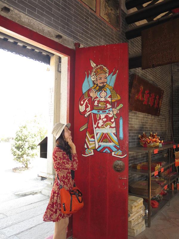 廟の扉に描かれたカラフルな聖人を見るのも楽しい。
