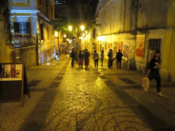 皆でぶらぶら、夜の街へ。治安がいいので夕涼みに。
