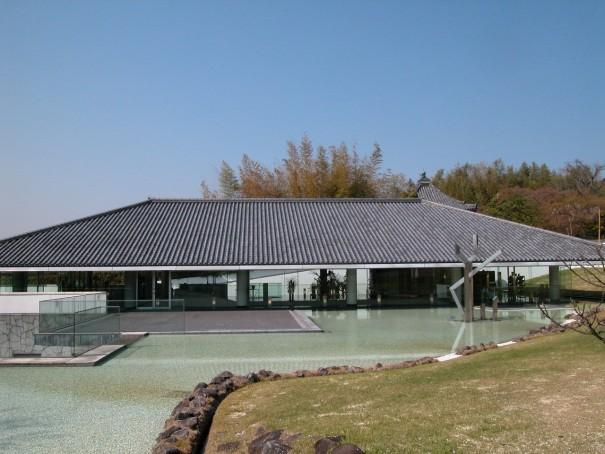 入江泰吉記念奈良市写真美術館の外観。入江泰吉が急逝した1992年4月に開館。設計は黒川紀章が手がけた。