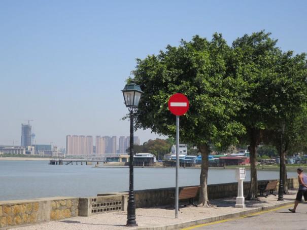 中国本土が対岸に見える水路沿いの十月初五馬路。