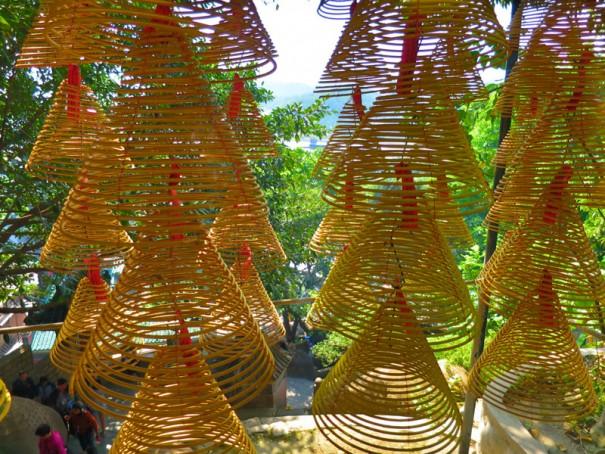 緑いっぱいの媽閣廟。寺院のまわりでくつろぐ人々の姿も。