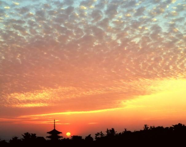 「斑鳩の里落陽(法隆寺)」。絵に描いたような雲の形状、いまにも沈み込む夕陽、見事なシャッターチャンスである。(1980年 *)