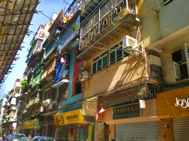 古い住宅街。出窓にめいっぱい布団を干しています。