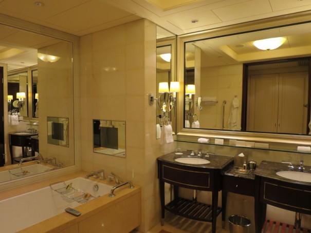 広々とした洗面台とバスタブ。向かいにシャワールームとトイレが。