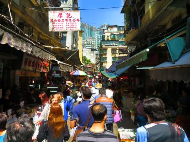 人の通りが多い市場周辺。朝から賑やか。