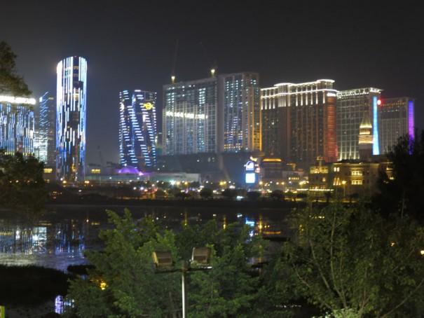 きらびやかな大型ホテル群。
