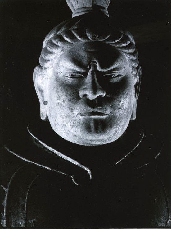 「東大寺戒壇堂広目天像」モノクロ時代の代表作の1枚(1945年頃 *)。