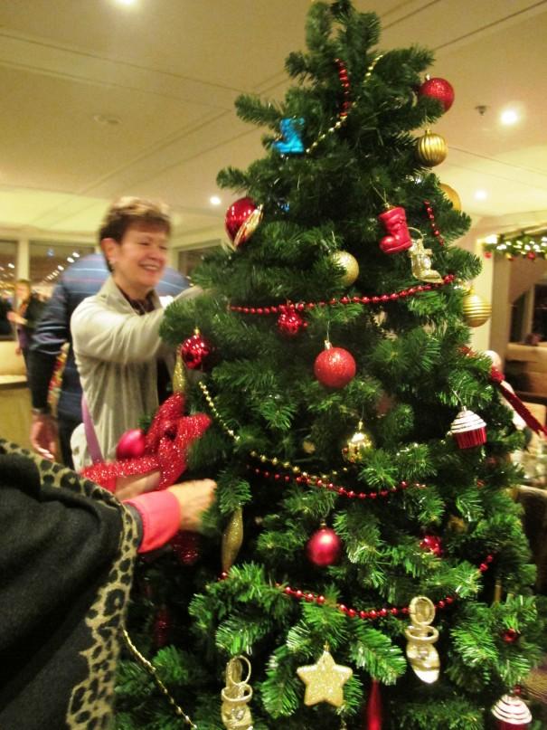 07皆でクリスマスツリーの飾り付け