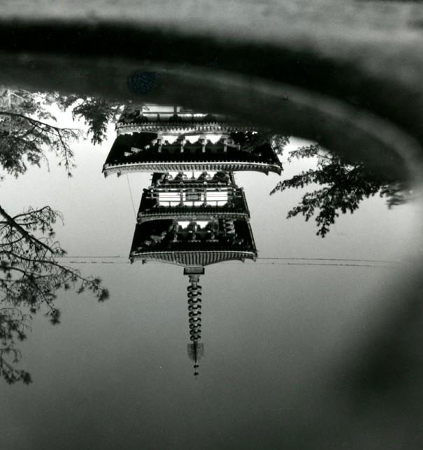 「水に映る薬師寺東塔」。この景観は旅行者の人気スポットだった。(1955年頃 *)