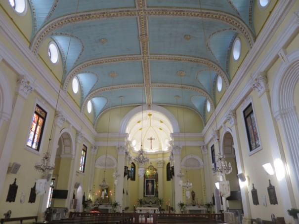 ターコイズブルーが印象的な聖ローレンス教会。
