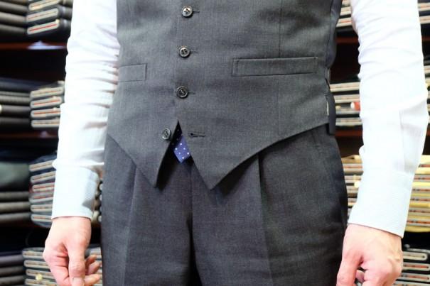 写真のようにネクタイがチョッキの下から出るような場合、筆者は剣先を折り曲げてタイバー(ネクタイピン)で留めるようにしています。