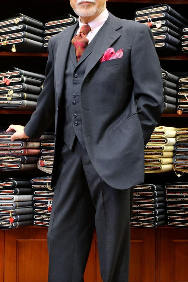 ミディアムグレーの背広三つ揃え(スリーピース)の着用例。三つ揃えの場合、チョッキは上着・ズボンと同じ生地を使用する。