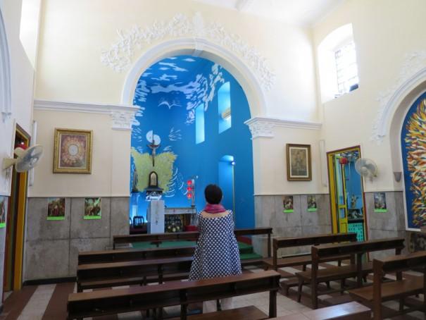 祭壇は明るい水色。波のような模様も。