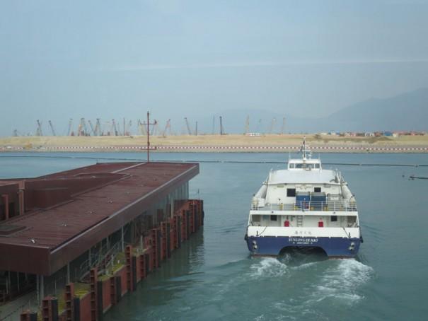 日本からの便数が多い香港から海路でマカオへ。