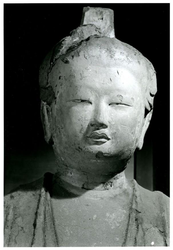 『仏像の表情』に掲載された吉祥天立像。大胆に顔のアップで迫っている。奈良時代、像高202㎝。いまは東大寺ミュージアムに保管・展示されている。