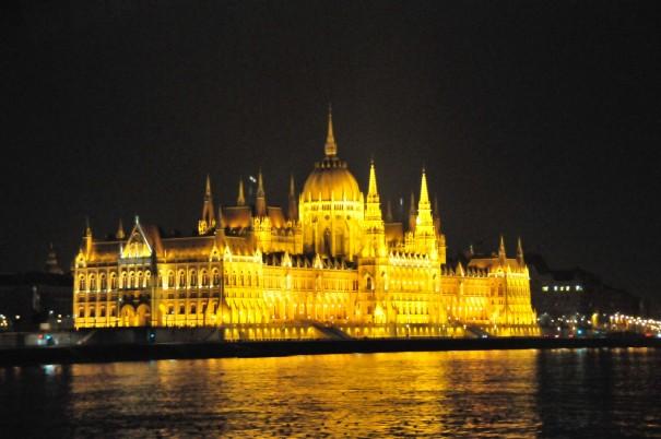 04ライトアップしたハンガリー国会議事堂